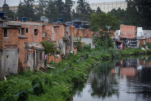 Quase metade dos domicílios brasileiros não tem acesso a rede de esgoto